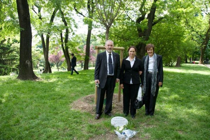 il Console armeno Pietro Kuciukian e Rakel Dink davanti all'albero dedicato a Hrant Dink