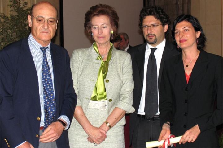 Faiza Abdul Wahab riceve la pergamena per Khaled Abdul Wahab dal Sindaco, Presidente dell'Associazione per il Giardino dei Giusti di Milano