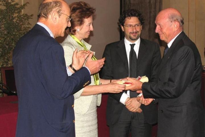Pierantonio Costa riceve la pergamena dal Sindaco, Presidente dell'Associazione per il Giardino dei Giusti di Milano