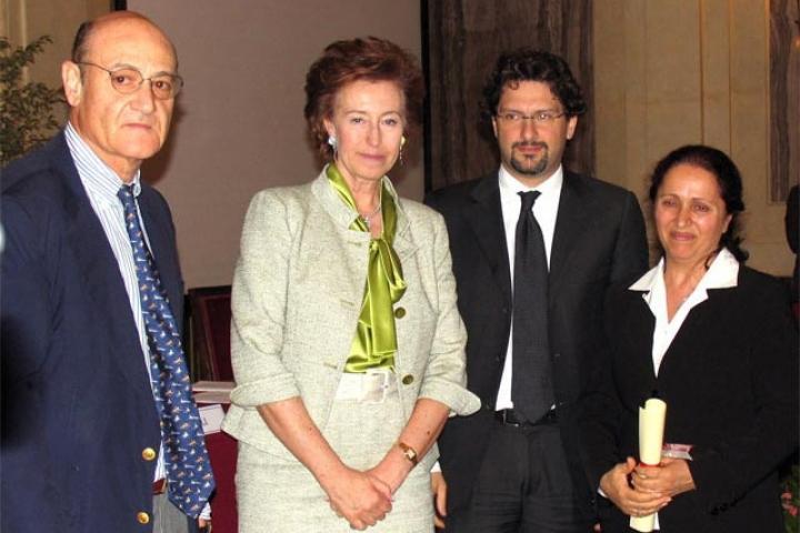 Rakel Dink riceve la pergamena per Hrant Dink  dal Sindaco, Presidente dell'Associazione per il Giardino dei Giusti di Milano