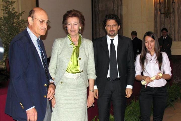 Nina Kondor riceve la pergamena per Dusko Kondor dal Sindaco, Presidente dell'Associazione per il Giardino dei Giusti di Milano
