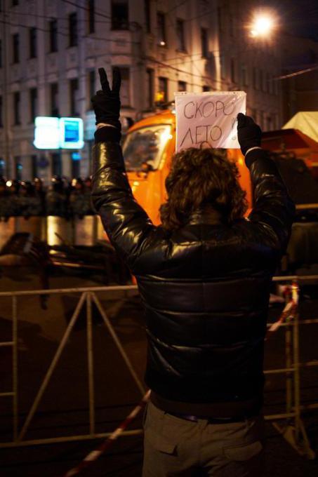 Una manifestante in piazza Pushkin