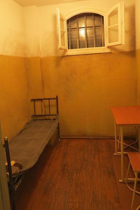 Molti manifestanti finirono in celle come queste