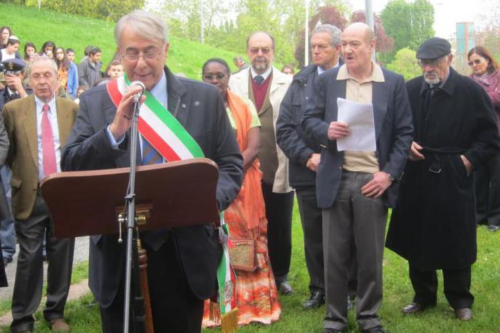 Il Sindaco, il Presidente del Consiglio Comunale, e a poca distanza Gabriele Nissim, Pietro Kuciukian e Yolande Mukagasana