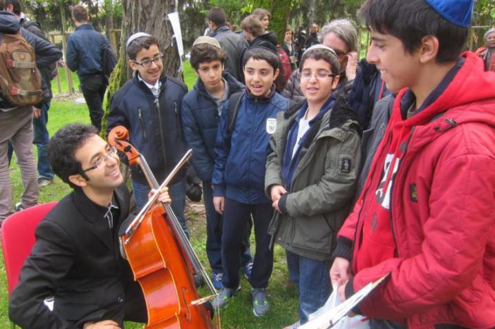 Il violoncellista iraniano Babak Khayami con alcuni studenti presenti alla Cerimonia