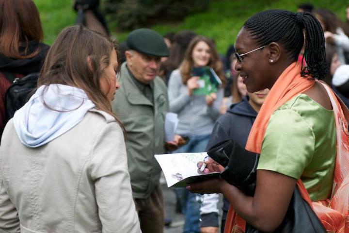 Yolande Mukagasana firma la brochure del Giardino