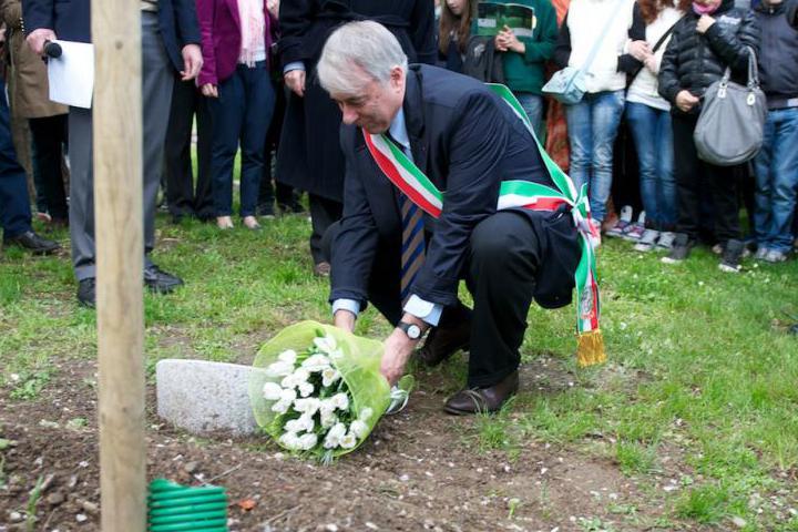 Il Sindaco depone un mazzo di fiori accanto al cippo dedicato a Claire Ly