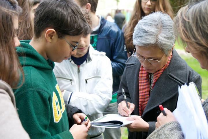 Claire Ly firma la brochure per gli studenti