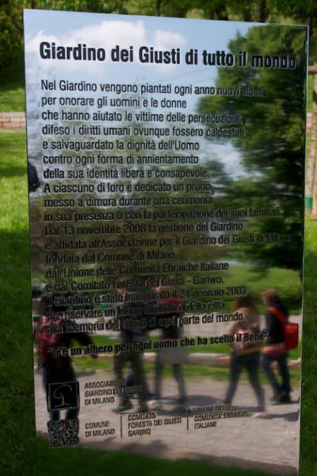 La stele d'ingresso al Giardino riflette gli studenti che si avviano alla Cerimonia