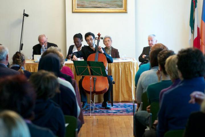 L'introduzione musicale del violoncellista Babak Khayami