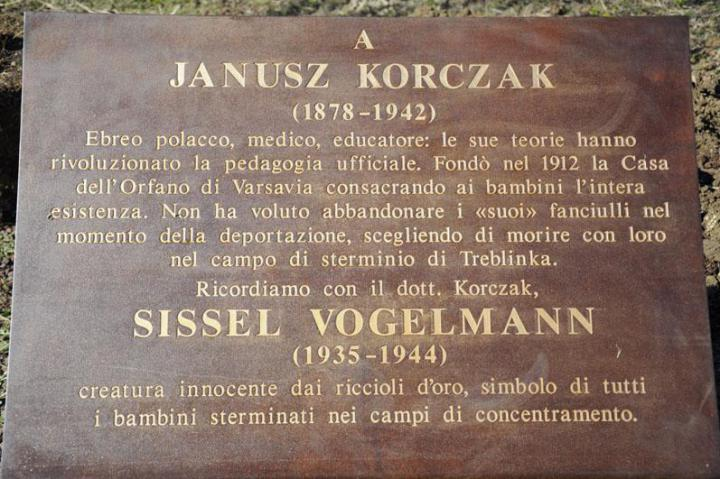 La targa in onore di Janusz Korczak