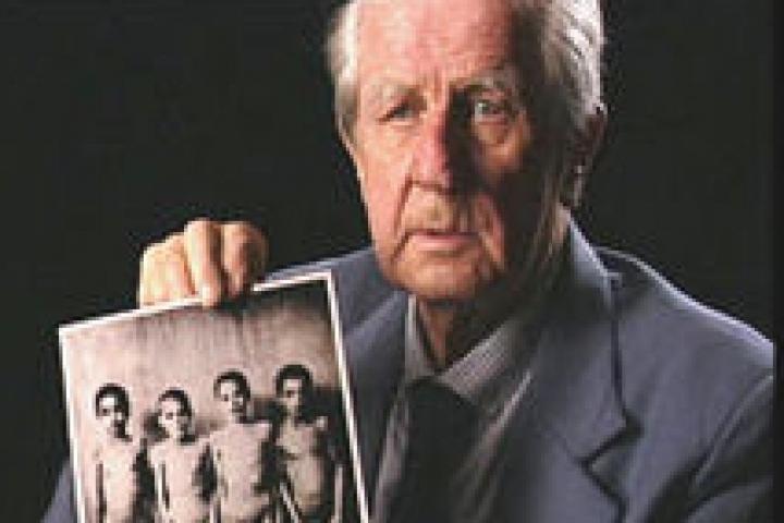 Brasse con una delle foto che dovette scattare per i nazisti