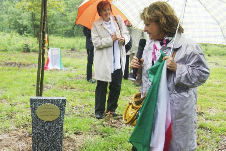 L'avv. Enza Rando scopre il cippo dedicato a Lea Garofalo