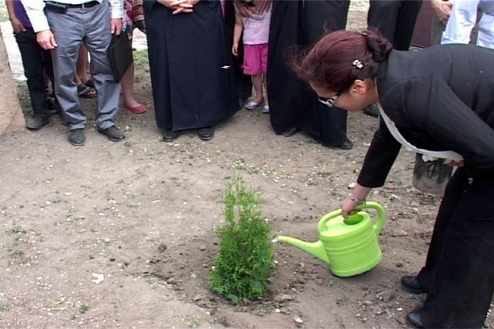 Rakel Dink annaffia l'albero dedicato a suo marito Hrant Dink