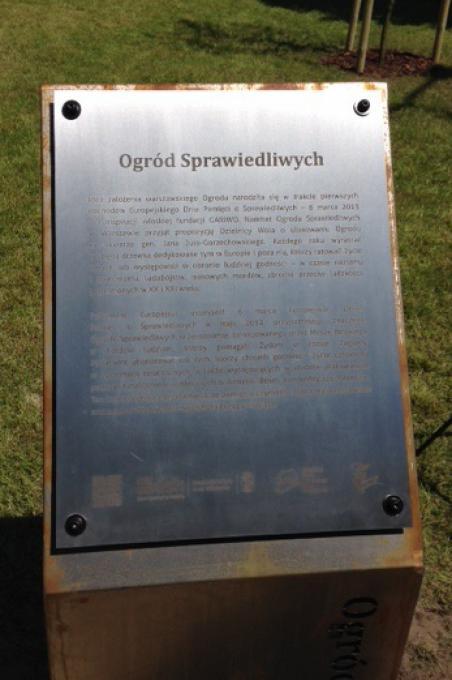 La targa all'ingresso che ricorda la collaborazione tra Gariwo e il Comitato per il Giardino dei Giusti