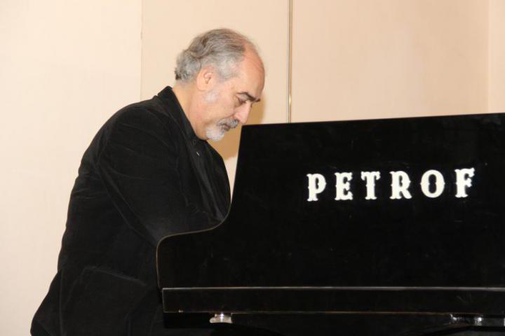 Il Maestro Liguori al pianoforte