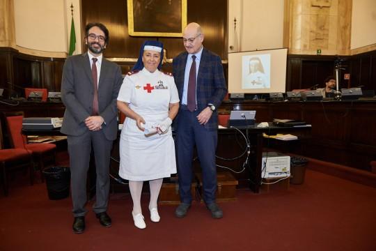 Sorella Monica Dialuce Gambino ritira la pergamena per Maria Vittoria Zeme