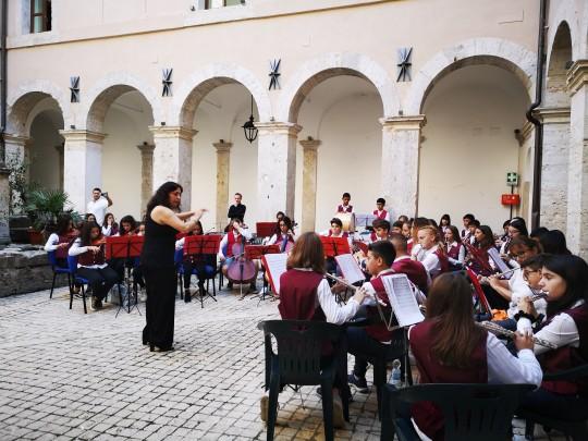 Gli alunni dell'Istituto A. Volpi hanno suonato l''Inno d' Italia e l'inno alla Gioia