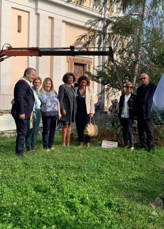 Foto di gruppo dopo la piantumazione nella Piazza di Cisterna