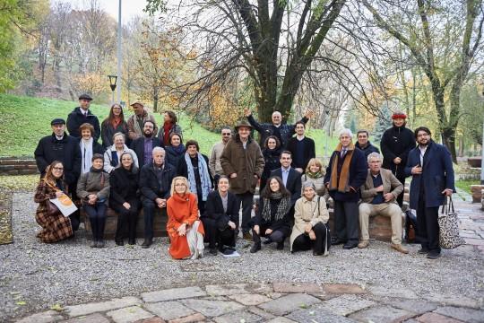Le delegazioni in visita al Giardino dei Giusti, insieme allo staff di Gariwo e ai co-fondatori Gabriele Nissim, Pietro Kuciukian e Anna Maria Samuelli