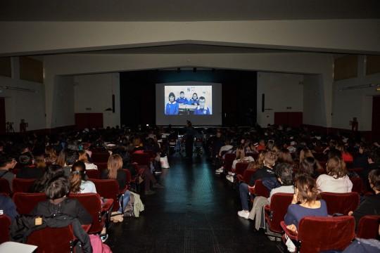 In sala vengono proiettati i video vincitori