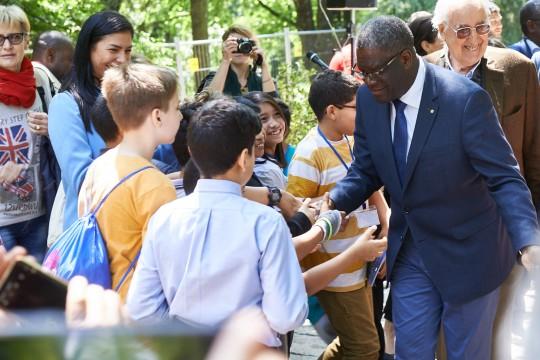 Il Dr. Mukwege con gli studenti