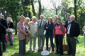 Pierantonio Costa e la sua famiglia davanti all'albero a lui dedicato