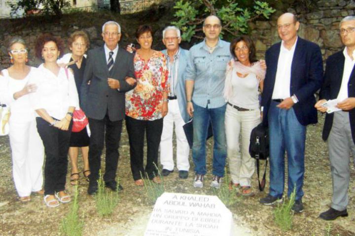 Tutti davanti alla targa dedicata al Giusto tunisino