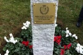 La targa sul cippo di granito che indica l'ingresso del Giardino