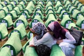 Le bare delle vittime prima della sepoltura