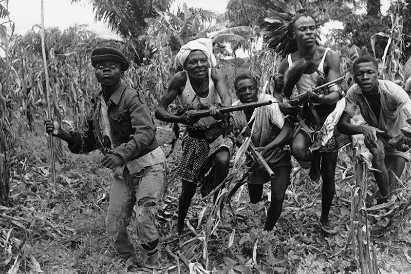 Guerrieri baluba si addestrano per la battaglia con armi artigianali nella provincia del Kasai, 1961.