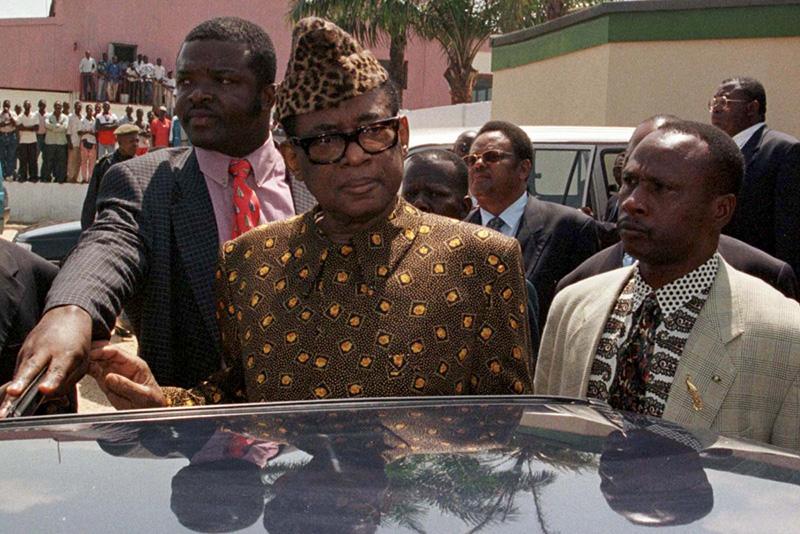 Mobutu arriva a Pointe Noire per i colloqui del 1997 con il leader ribelle Laurent Kabila.