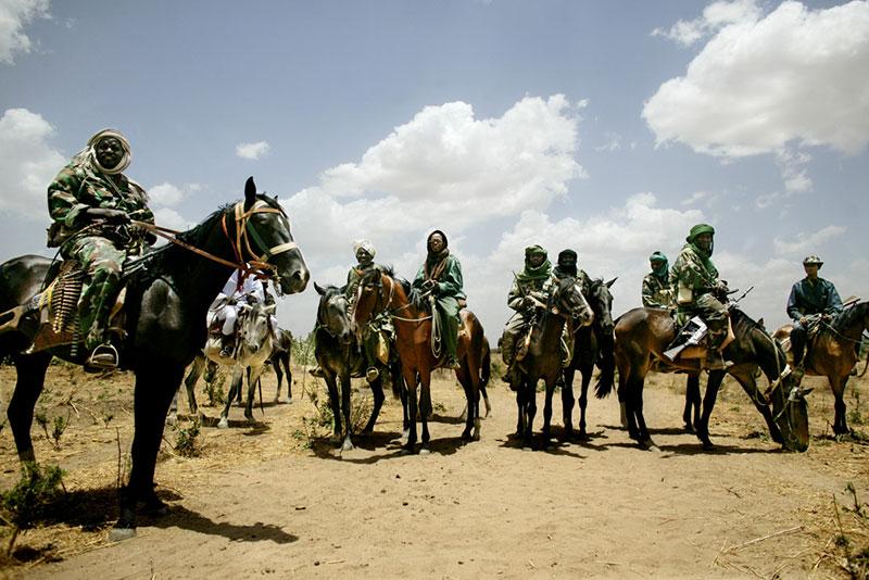 Miliziani janjaweed a cavallo vicino al confine con il Ciad, 2004.