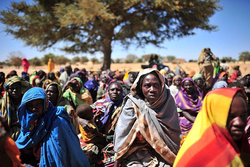 Donne sudanesi sfollate in un centro distribuzione cibo in Darfur, 2008.