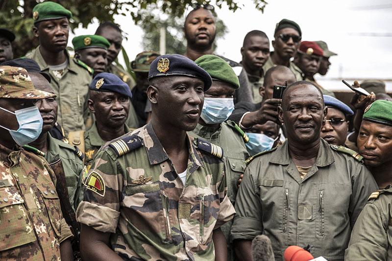 """Il portavoce dei soldati che si identificano come """"Comitato nazionale per la salvezza del popolo"""" tiene una conferenza stampa a Kati mercoledì 19 agosto 2020, il giorno dopo che soldati armati hanno preso in custodia il presidente Ibrahim Boubacar Keita."""