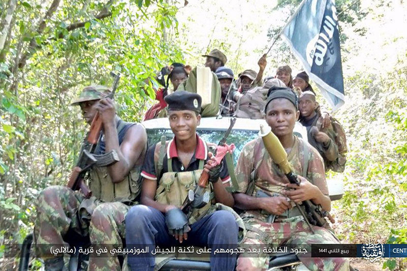 Una delle prime immagini diffuse dallo Stato Islamico che mostra chiaramente i suoi membri nella provincia di Cabo Delgado, 2019.