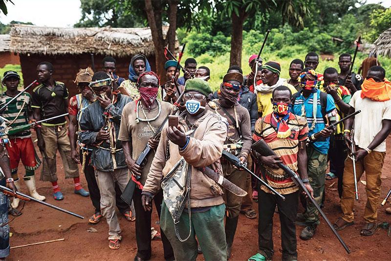Combattenti anti-Balaka pattugliano la parrocchia di Gambo, 2017.