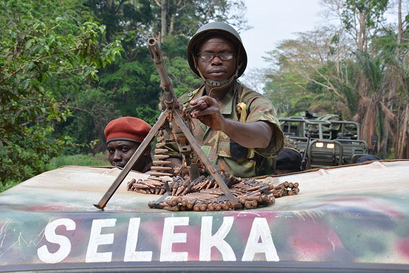 Ribelli Seleka persulstrano con un veicolo blindato il territorio a sud di Bangui, 2013.