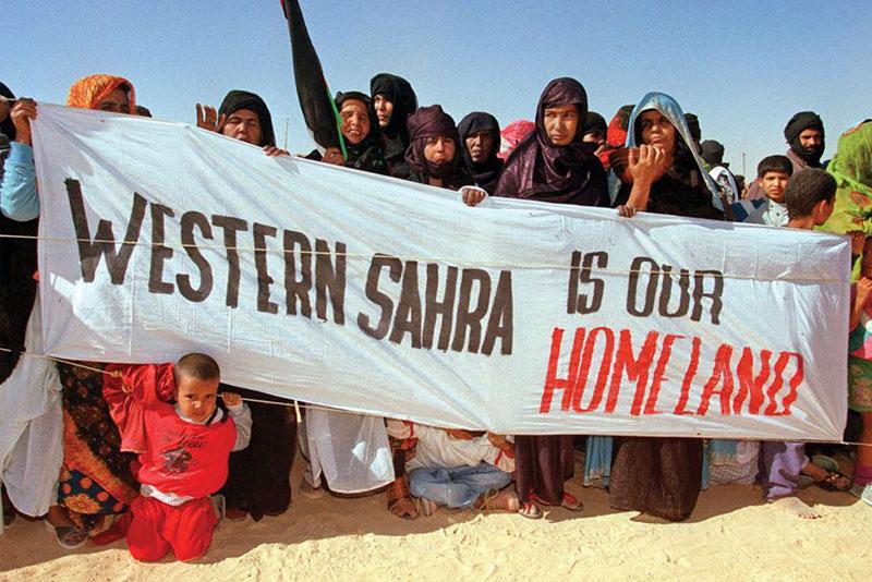 Rifugiati in un campo profughi del Fronte Polisario a Smara attendono l'arrivo del Segretario generale delle Nazioni Unite Kofi Annan, 1998.