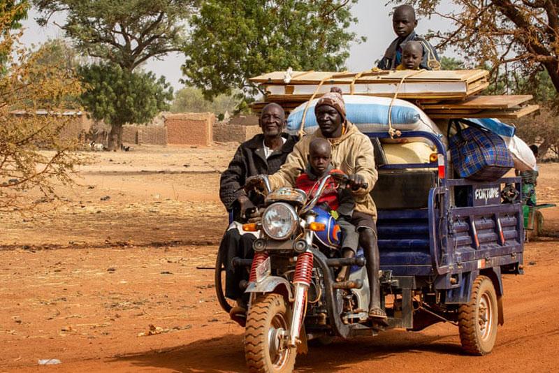 Una famiglia in fuga da Barsalogho (Burkina Faso) dopo un attacco nella zona, 2020.
