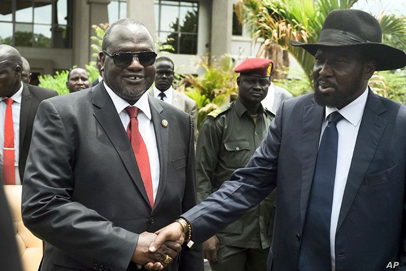 Riek Machar, a sinistra, e Salva Kiir, a destra, si stringono la mano dopo la prima riunione di un nuovo governo di coalizione di transizione, nella capitale Juba, il 29 aprile 2016.