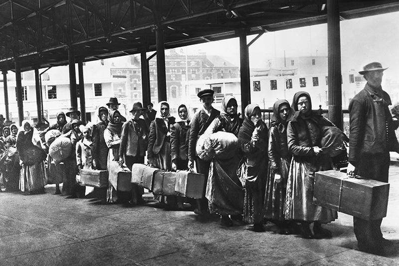 Immigrati nel centro di accoglienza di Ellis Island (New York City), 1902.