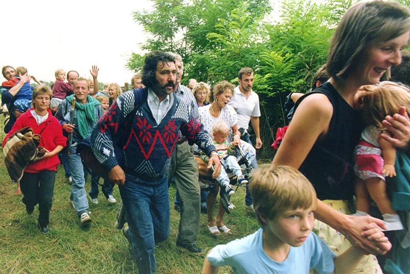 Cittadini della Germania Orientale - arrivati passando per la Cecoslovacchia - attraversano il confine tra Ungheria e Austria durante il picnic paneuropeo, 19 agosto 1989.
