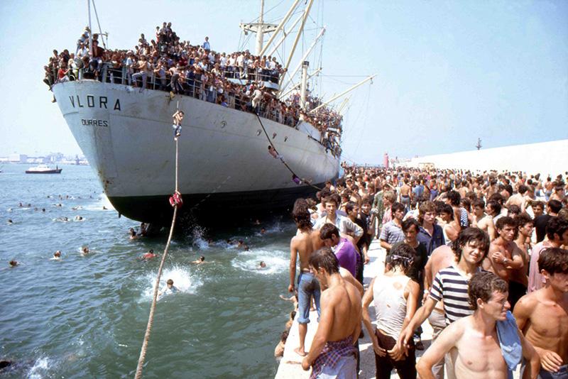 La motonave Vlora attracca a Bari l'8 agosto 1991 con 20.000 migranti albanesi.