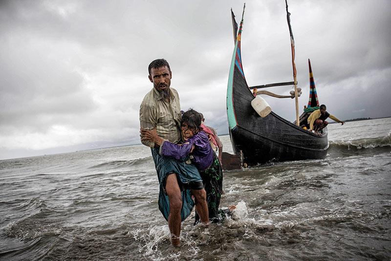 Lo sbarco in Bangladesh di profughi Rohingya in fuga dalla Birmania.
