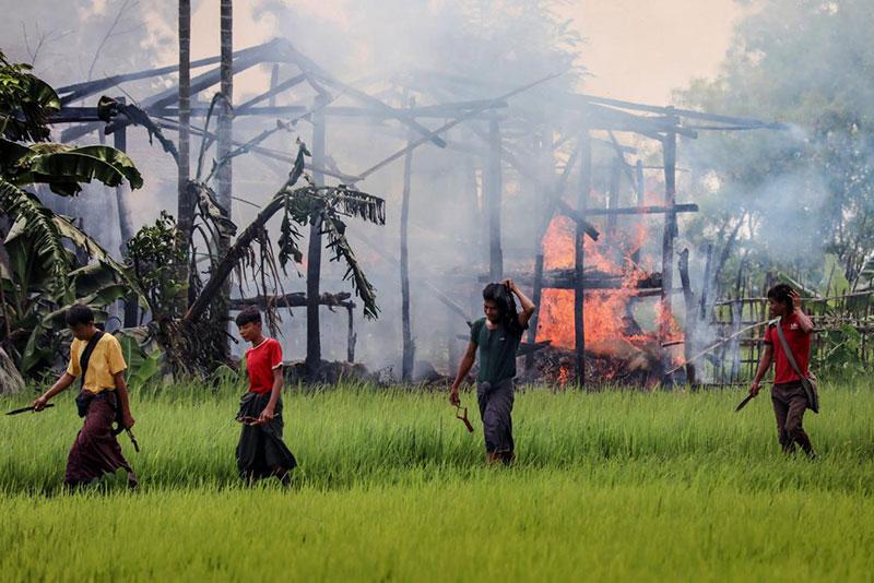 Villaggi rohingya incendiati.