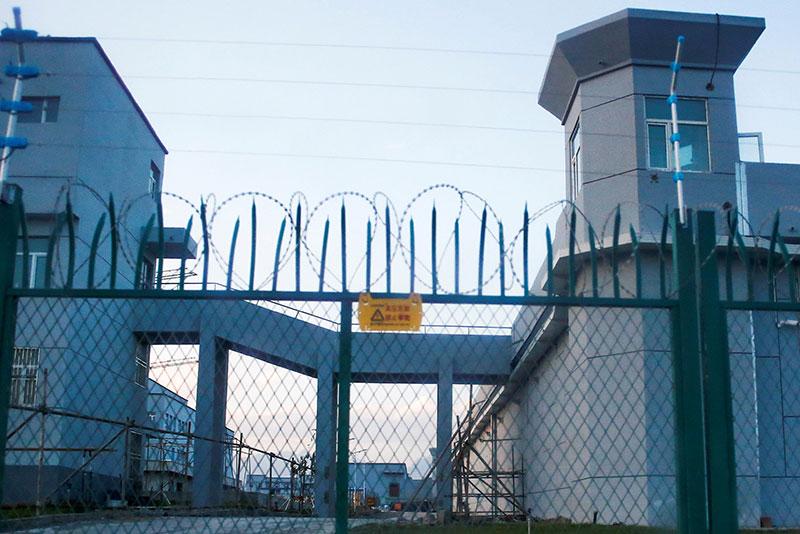 """Recinzione perimetrale intorno a quello che è ufficialmente un """"centro di formazione professionale"""" a Dabancheng."""