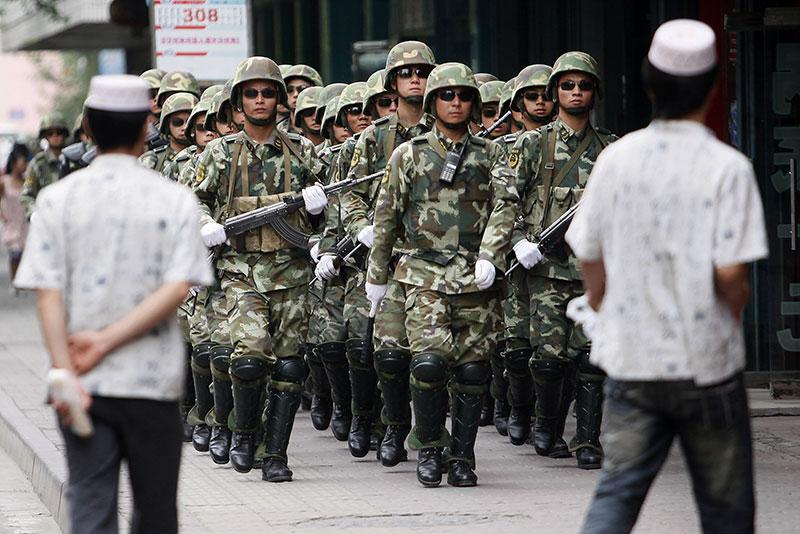 Paramilitari pattugliano le strade di Urumqi il 13 luglio 2019.
