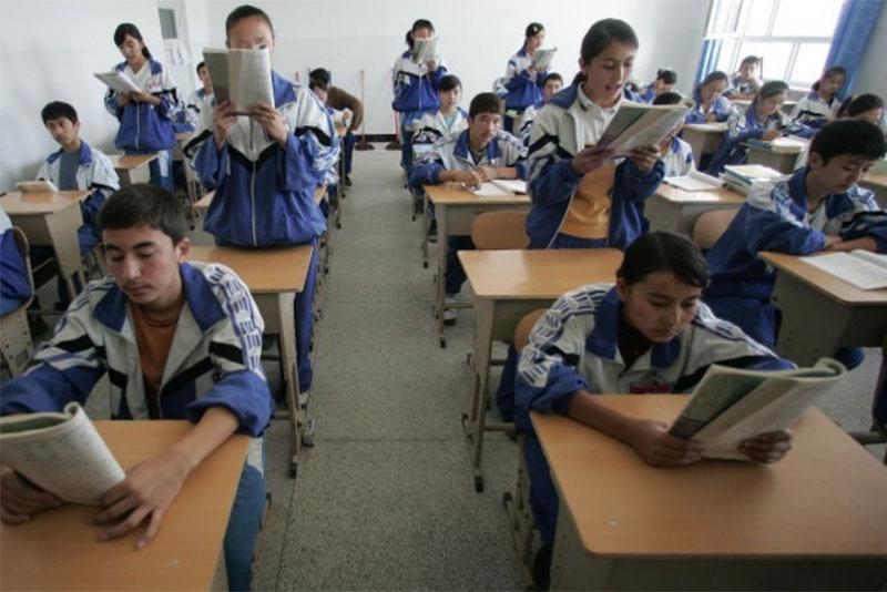 Studendi di una scuola media bilingue per studenti Uiguri e Han a Hotan, 13 ottobre 2006.