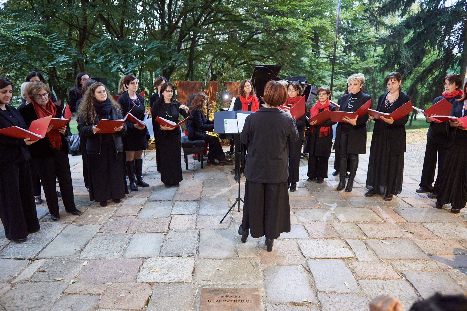 """Coro """"In..Canto"""" diretto da Antonella Gianese"""